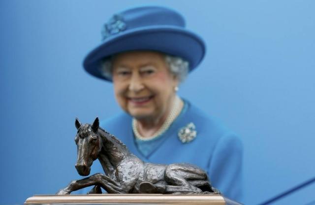 Rainha Elizabeth com umaestátua de cavalo queganhou em 2015 naEscola de Medicina Veterinária da University of Surrey, na Inglaterra.