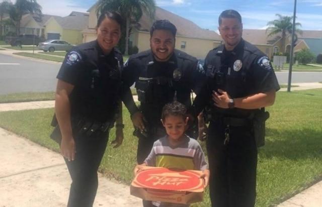 Manuel Beshara recebeu seu pedido dos policiais: uma caixa de pizza.
