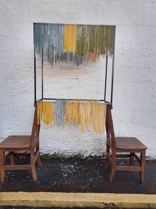 Improviso. Cadeira e apoio de mesa fazas vezes de varal para secar amassa fresca