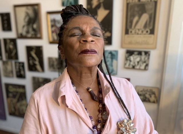 A atriz Zezé Motta, de 76 anos, foi diagnosticada com o novo coronavírus em 2020, mas sem sintomas.