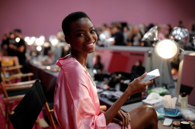 Maria Borges no backstage do Victoria's Secret Fashion Show.
