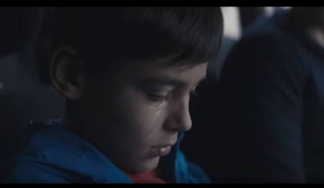 Cena do vídeo da campanha 'Boys Don't Cry', em que menino fica constrangido diante da valentia e masculinidade tóxica do pai.