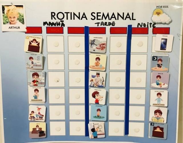 Amanda usa um quadro para organizar a rotina do filho de forma visual, o que ajuda ele a entender a programação do dia