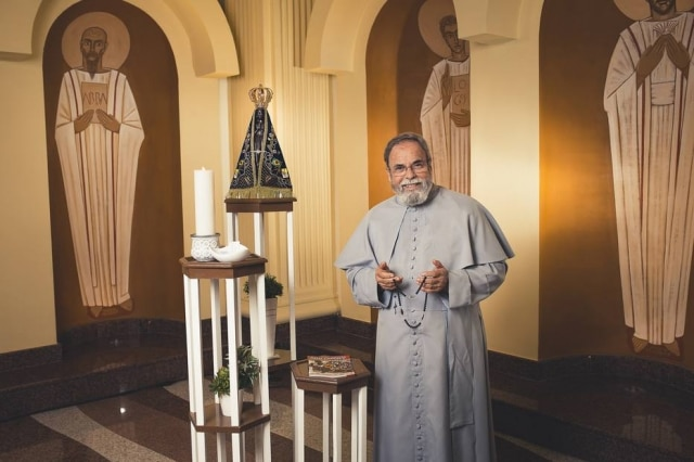 O padre Antonio Maria fará transmissão ao vivo pela TV Aparecida