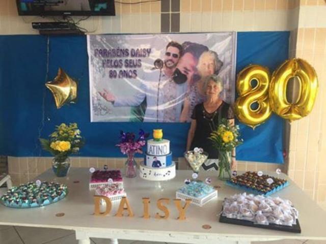 Daisy é fã do cantor Latino, e toda a decoração da festa de 80 anos dela foi inspirada nele.