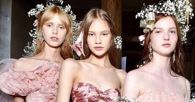 Modelos do desfile da grife Rodarte na semana de moda de Paris