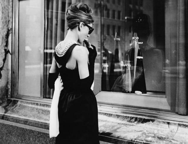 617f16b623aec Cena icônica de  Bonequinha de Luxo , onde a personagem de Audrey Hepburn  come