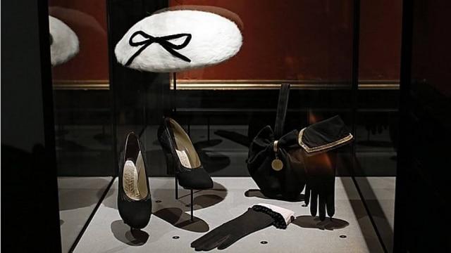 Luvas de Lionel Legrand, sapatos pretos de Perugia e chapéu por Jeanne Blanchot