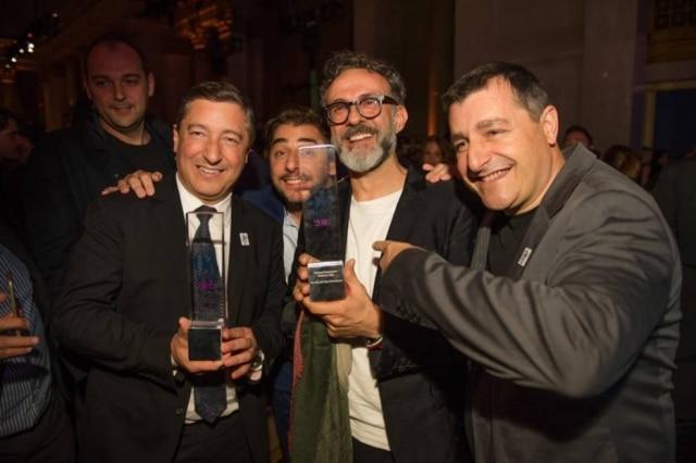 Os irmãos Roca do El Celler de Can Roca, 2º colocado em 2016, rodeiam Massimo Bottura, o grande vencedor da noite