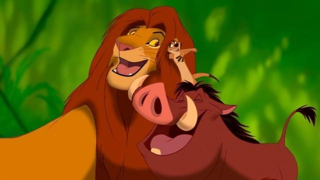 Na imagem, cena em que Pumba e Simba aparecem juntos