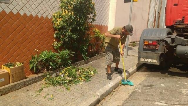 Jardineiro trabalhou como catador de papelão para pagar o curso de jardineiro