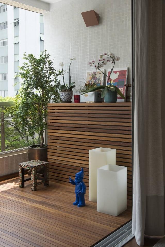 O mesmo material do deck da varanda foi utilizado para escondê-lo, preservando a sensação de continuidade