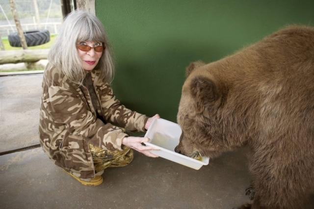Rita Lee alimenta ursa Rowena, que inspirou o novo livro infantil da cantora.