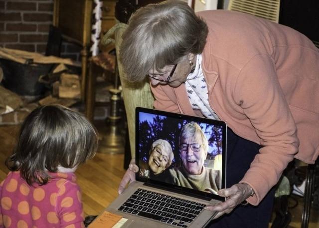 Neste Dia dos Avós, use a tecnologia para dizer o quanto os amam, com mensagens de voz ou vídeo