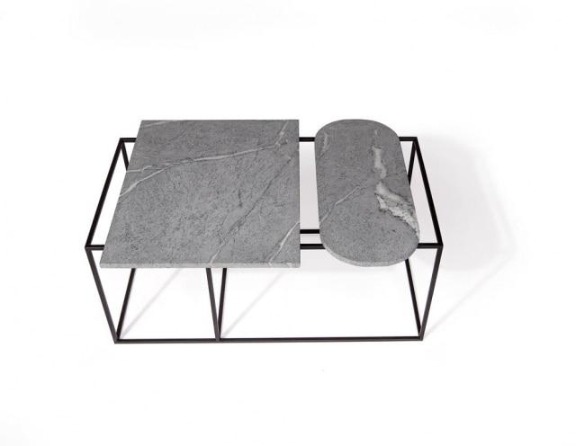 Mesa de centro com tampo de pedra-sabão e estrutura de metal com pintura epóxi, para ser usada em áreas internas ou externas