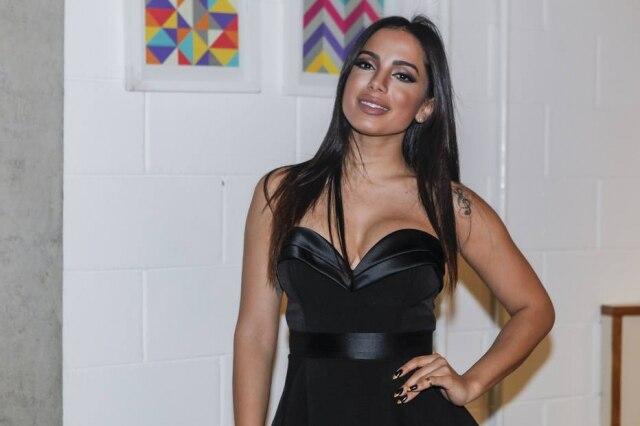 Ex-BBB Mayra Cardi vai acompanhar Anitta durante um mês para mudar a rotina de exercícios e alimentação da cantora.