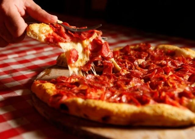 Mais de 90. Na pizzaria Castelões, que abriu em 1924, clássica é a pizza que leva o nome da casa, com linguiça calabresa.