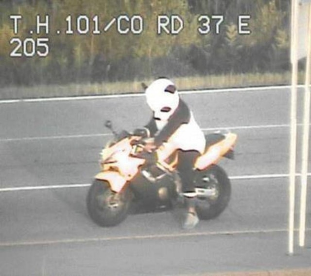 Motociclista já havia praticado direção perigosa anteriormente, trajado da mesma forma.