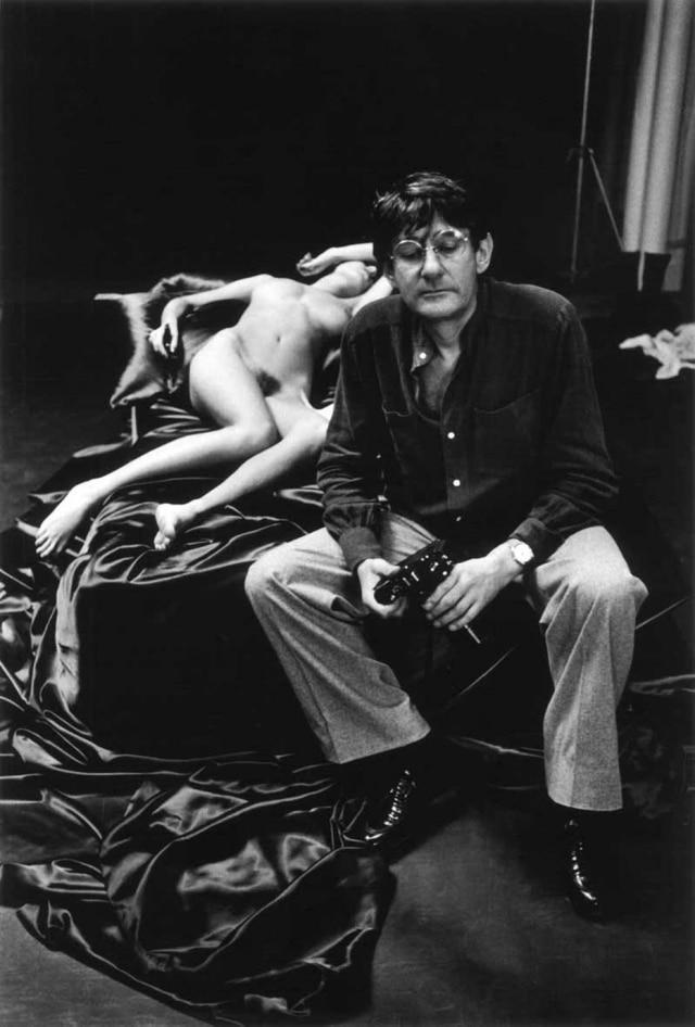 Uma das imagens da exposição em cartaz na Fundação Helmut Newton, com um registro de 1976 em que o própriofotógrafo surge retratado