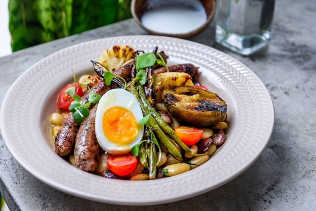 Novidades no Fitó. Linguiça de carne de sol acompanhada de salada de favas, coalhada da casa e ovo cozido