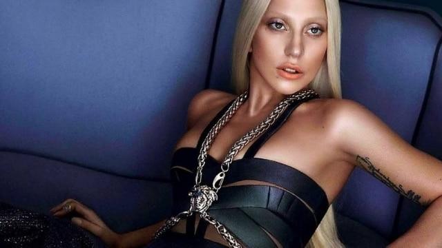 À la Donatella Versace, Lady Gaga aparece platinada na campanha da grife italiana