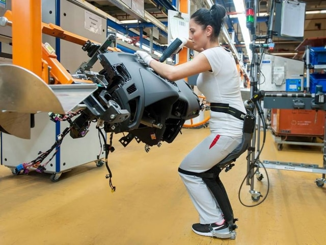 Exoesqueleto foi desenvolvido para funcinários que precisam ficar muito tempo em pé.