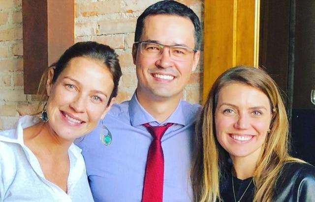 Luana Piovani ao lado de Deltan Dallagnol e sua mulher, Fernanda.