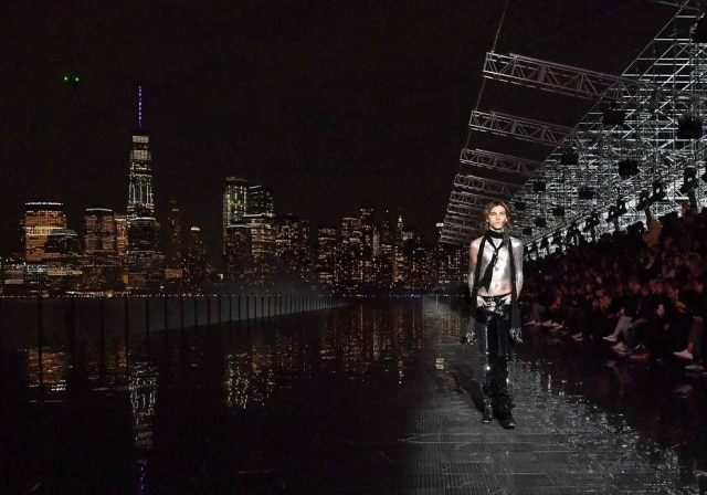Numa passarela de mármore emoldurada pelo skyline de Nova York, Anthony Vaccarello fez seu primeiro desfile masculino para a Saint Laurent