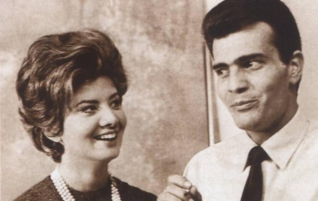 Tarcísio Meira e Glória Menezes caracterizados como seus personagens em '2-5499 Ocupado'.