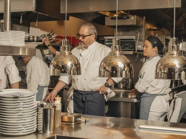 O chef Riad Nasr supervisiona a cozinha doFrenchette.
