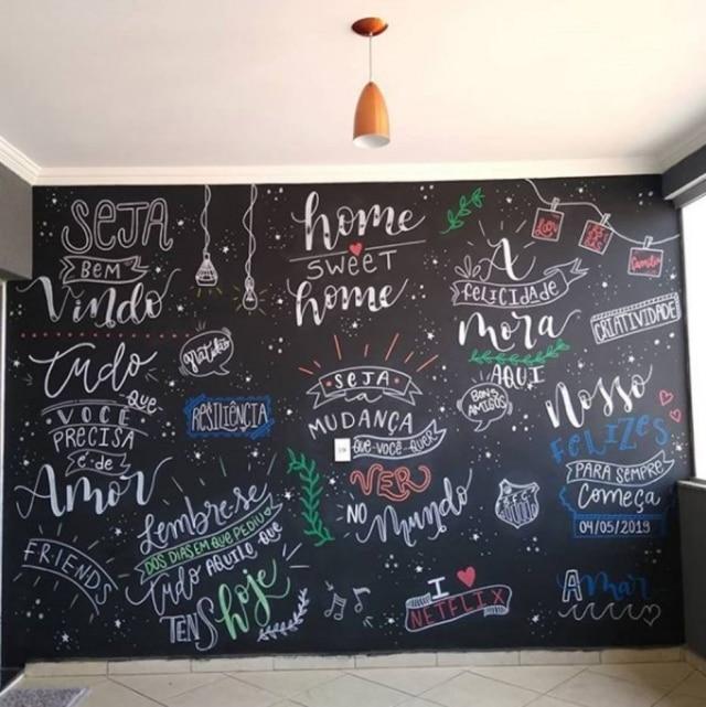 Exemplo de uma parede cheia de dizeres em giz.