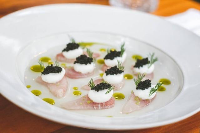 Crudo de peixe com água de tomate, azeite de manjericão, creme azedo, ovas e dill do restaurante Ema