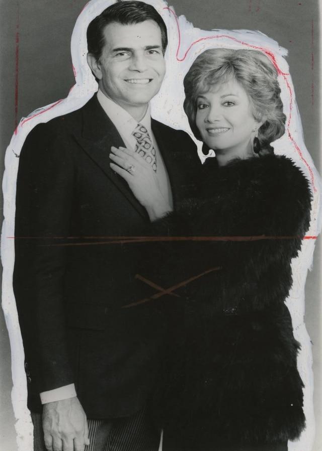 O casal de atores Tarcísio Meira e Glória Mesezes em foto contornada com tinta para diagramação do jornal.