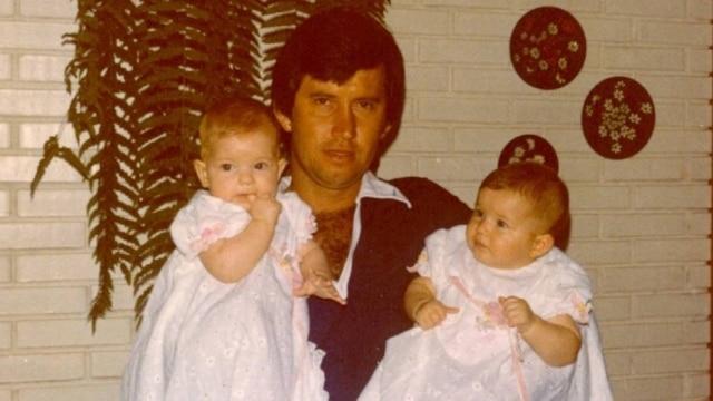 Sr. Valdir segura suas filhas gêmeas: Patricia à esquerda e Gisele à direita