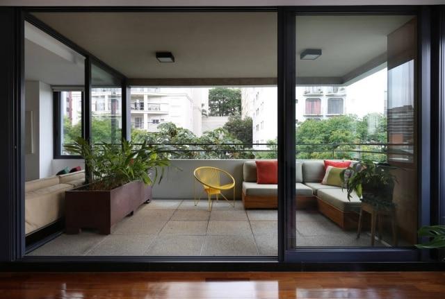 Jardineira funciona como elemento de transição entre a área interna e a varanda