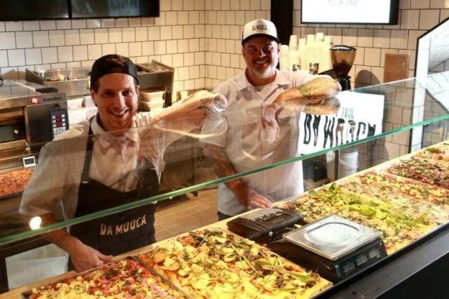 Sócios. Fellipe Zanuto (esq) e Derek Wagner abriram a Da Mooca Pizza Shop com a ideia de espalhar o estilo pela cidade