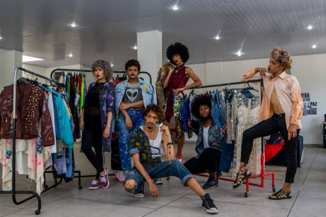 Ao centro, Alex Santos. Da esquerda para a direita, em pé: Beatriz Rocha, Alice Marques, Luan Costa, Alan Jesus e Rogerio Rocha