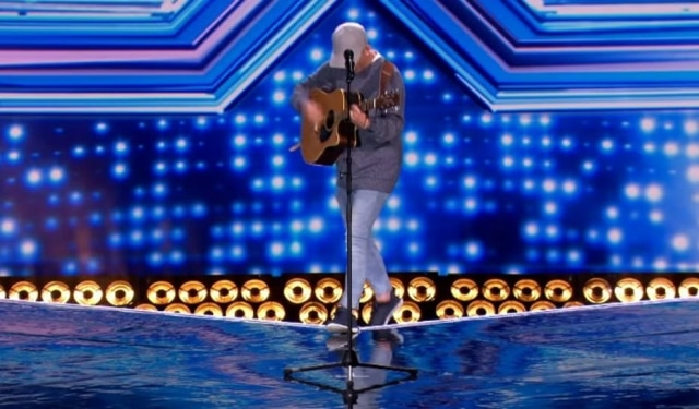 Momento em que Tommy Ludford cai do palco no 'The X Factor UK'.