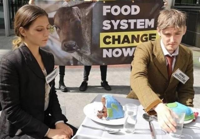 No Reino Unido, ativistas protestam para que governo transite para um sistema alimentar vegetal.