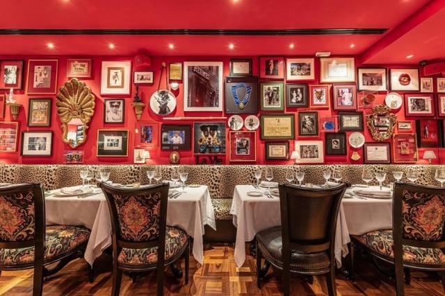 Salão do Président lembra brasseries francesas, com a cor forte e muitos quadros nas paredes