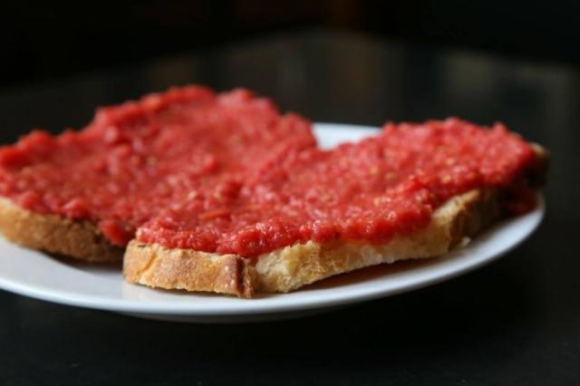 Pa amb tumacat(ou pão com tomate) para começar