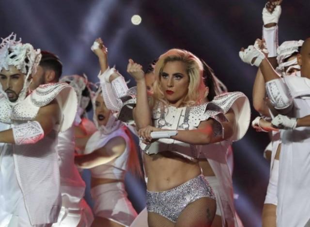 Lady Gaga foi chamada de gorda por algumas pessoas nas redes sociais após usar este top em show que fez noSuper Bowl.