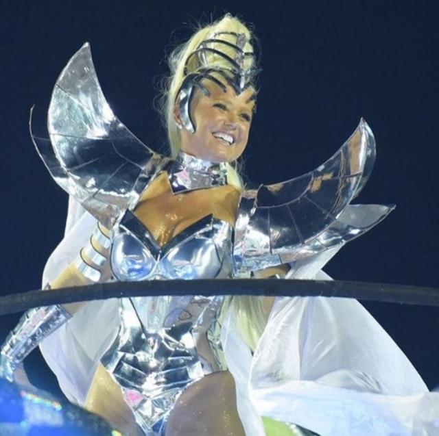 Destaqueda Grande Rio, Xuxa foi praticamente ignorada pela Rede Globo durante a transmissão do desfile.Para piorar, na hora de pronunciar as duas sílabas do nome da apresentadora, a jornalista Fátima Bernardes enrolou a língua.
