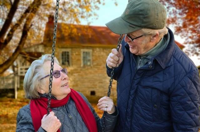 Momento descontraído e engraçado entre casal de idosos ganha Internet e é associado a #relationshipgoals