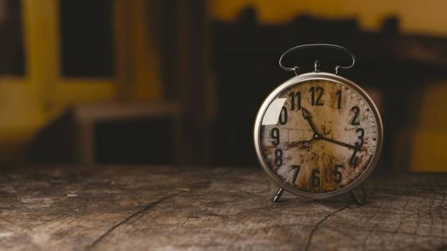 Casal já não se incomoda mais com o despertador todos os dias, às 18h50