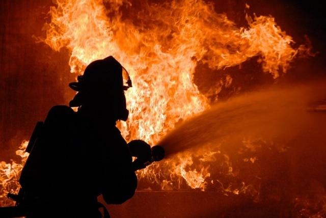 Bombeiro teve de apagar fogo de sua própria residência após receber ligação de seu filho.
