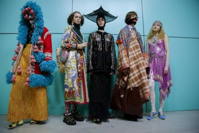 Modelos nos bastidores do desfile da Gucci na Semana de Moda de Milão