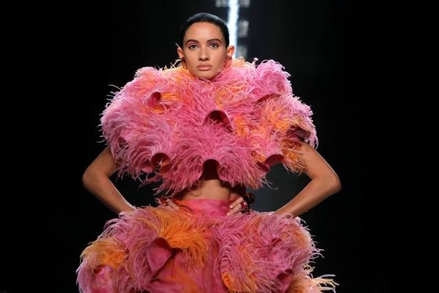 Uma das criações do norte-americano Marc Jacobs, que fez uma homenagem a ícones da moda em seu desfile na noite da quarta, 12