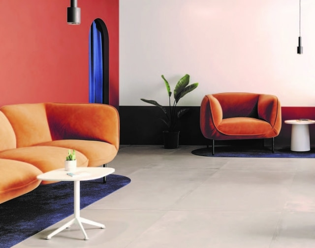 Em grande formato, 100 x 200 cm, as placas de porcelanato que revestem esta sala tem 7 mm de espessura, e necessitam de juntas de apenas 2 mm