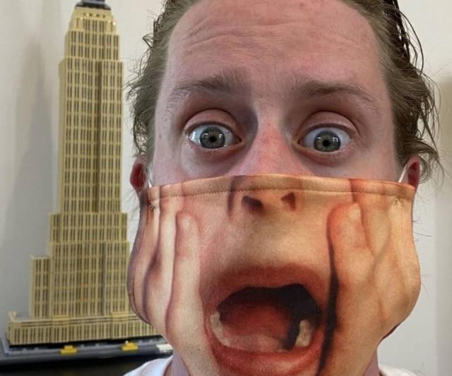 O ator Macaulay Culkin usa máscara contra covid-19 que faz homenagem ao filme 'Esqueceram de Mim'